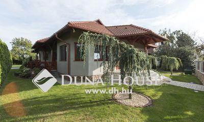 Eladó Ház, Fejér megye, Martonvásár, Szép utcában igényes, elegáns ház