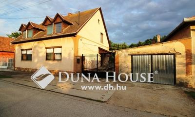 Eladó Ház, Bács-Kiskun megye, Kecskemét, Műkertvárosi kétrendbeli, kétszintes családi ház