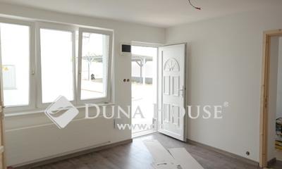 Eladó Lakás, Budapest, 20 kerület, 4 lakásos házból 2 szobás, felújított, autóbeállós
